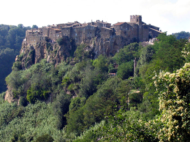 Calcata (by Mac9 on Wikimedia Commons)