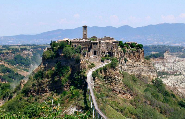 Civita di Bagnoregio (by Alessio Damato on Wikimedia Commons)